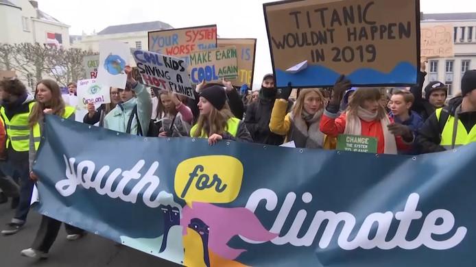 De derde klimaatmars van Youth for Climate in Brussel is een succes. Circa 32.000 spijbelende jongeren trokken door de straten van Brussel om een ambitieuzer Belgisch klimaatbeleid te eisen.