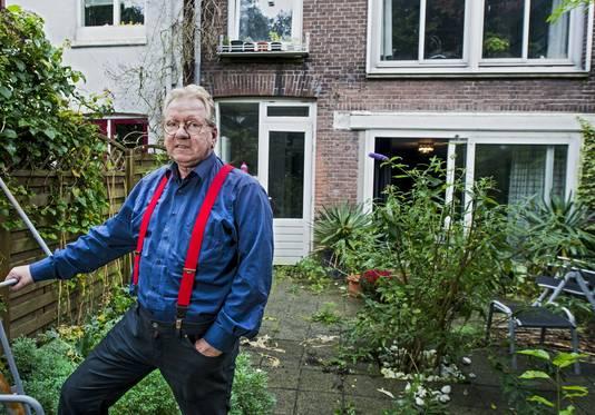 Jan Booister in zijn tuin, waar naar een WOII-bom is gezocht.