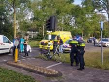 Auto schept fietser op Moergestelseweg, vrouw met hoofdwond naar het ziekenhuis