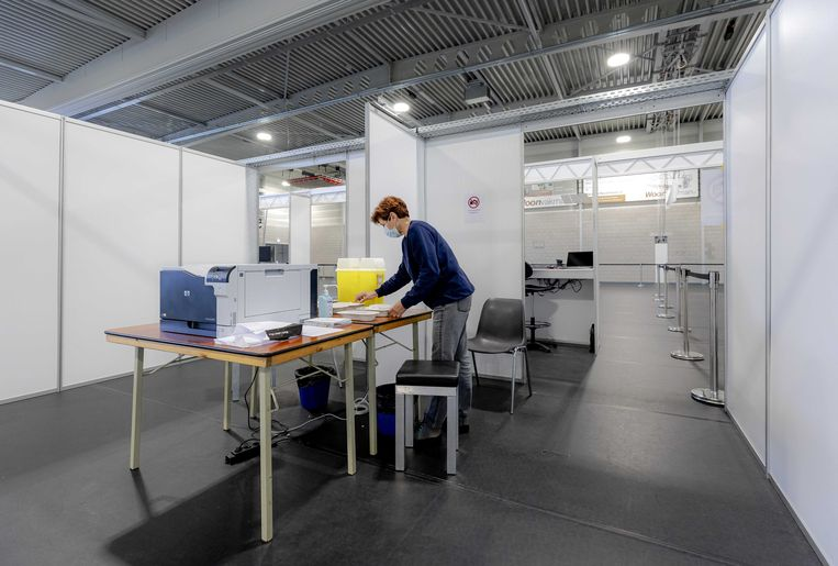 Een medewerker van de GGD in een  vaccinatielocatie in Almere. Beeld ANP