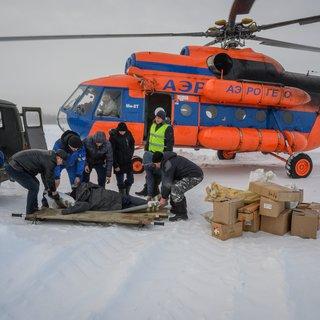 Bevallen boven de Siberische bossen in de ambulancehelikopter