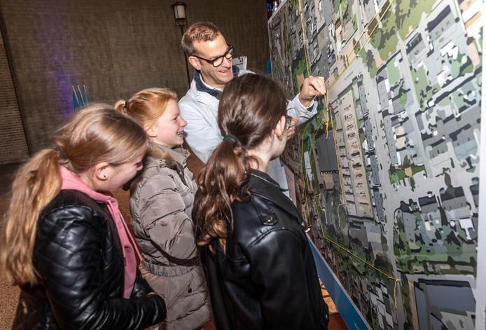 Michel Kolenbrander van Dromenlab vraagt aan jeugdige bezoekers hoe die denken over de Gerarduskerk en omgeving.