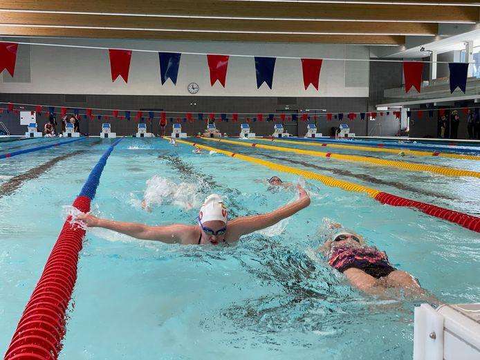 Oostendse sportclubs mochten zaterdagochtend het nieuwe zwembad in Oostende inwijden.