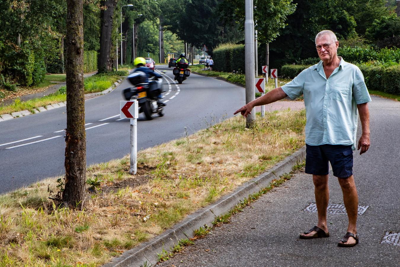 Omwonende Eddy Wegman wijst de plek van het ongeval op 7 augustus aan.