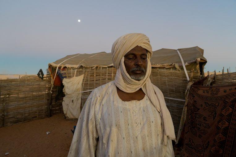 Een man voor zijn huis in het Soedanese Zurrug, dat volgens plannen van de overheid in korte tijd een flinke stad moet worden. Beeld Klaas van Dijken