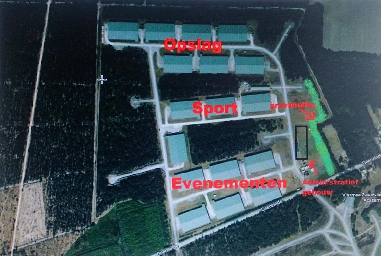 Een luchtbeeld van de 17 hallen op het vliegveld van Weelde met hun nieuwe bestemming.