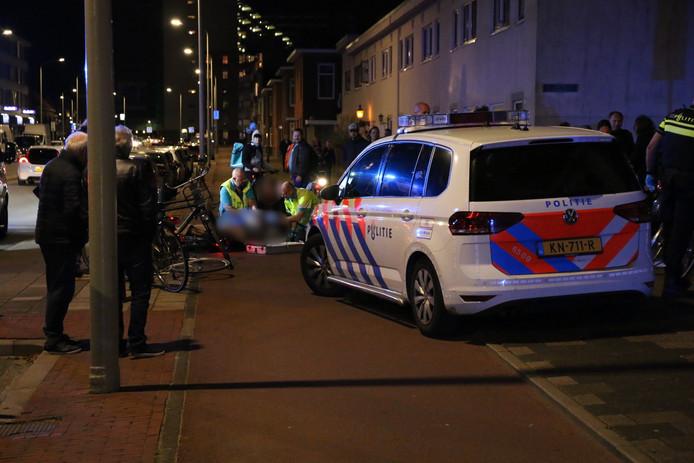 Een fietser is gisteravond zwaargewond geraakt bij een aanrijding op de Westduinweg in Scheveningen.