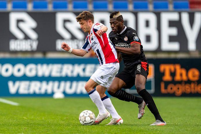 Willem II-speler Mats Köhlert (l) en PSV-speler Ibrahim Sangaré.