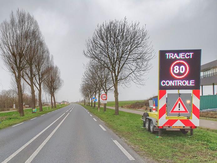 Tekstkarren waarschuwen weggebruikers dat hardrijders op de N414 echt bekeurd zullen worden.