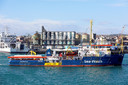 De Sea Watch komt aan in de haven van Catania, Italië. Hier mogen de migranten eindelijk van boord.