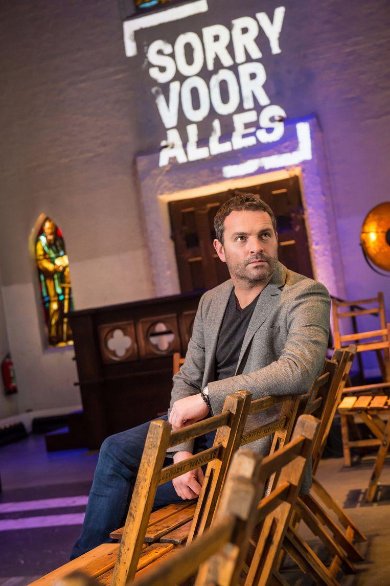 Adriaan Van den Hoof in het nieuwe decor van 'Sorry voor alles'. Beeld RV/VRT/Joost Joossen