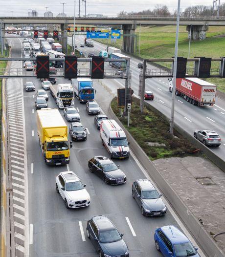 Zware hinder in Kennedytunnel richting Gent na twee ongevallen met vijf vrachtwagens