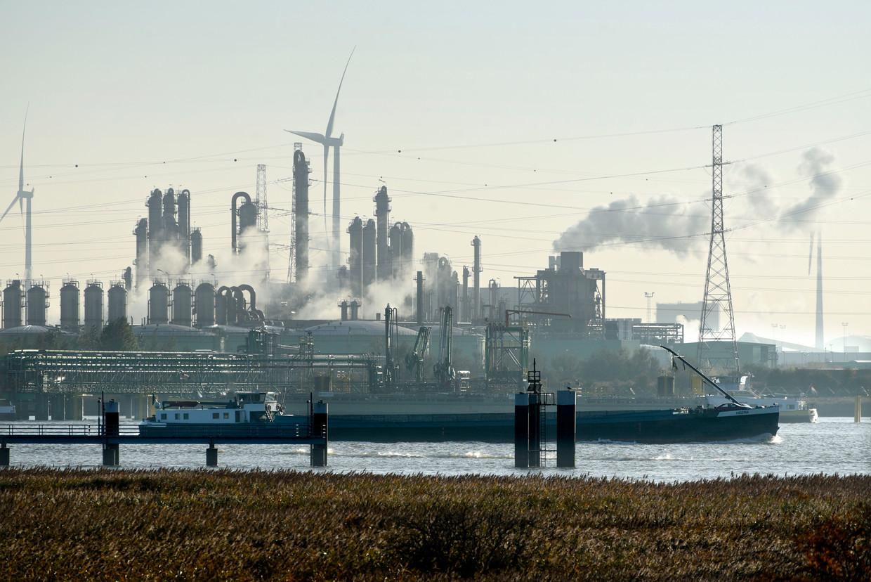 Ineos in de haven van Antwerpen. De chemiereus plant daar twee petrochemische installaties.  Beeld Hollandse Hoogte / Peter Hilz