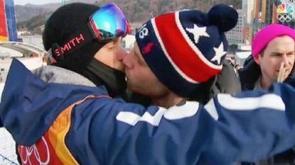 Amerikaanse skiër tekent voor eerste homoseksuele zoen op de Spelen op nationale televisie en wordt bedolven onder de steun