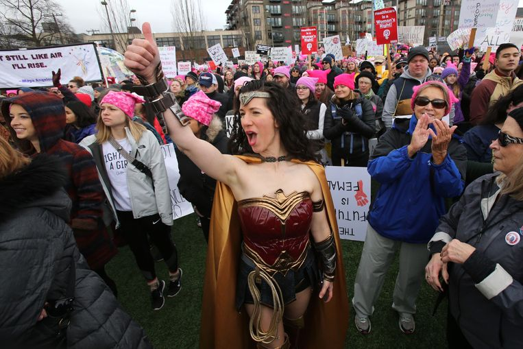 Diana Wadley kwam verkleed als Wonder Woman naar een Women's March in Seattle, januari 2020.  Beeld Karen Ducey / AFP