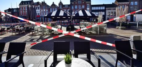 Op de Markt in Roosendaal staan wat parasols, tafels en stoelen: 'Willen laten zien dat we er klaar voor zijn'