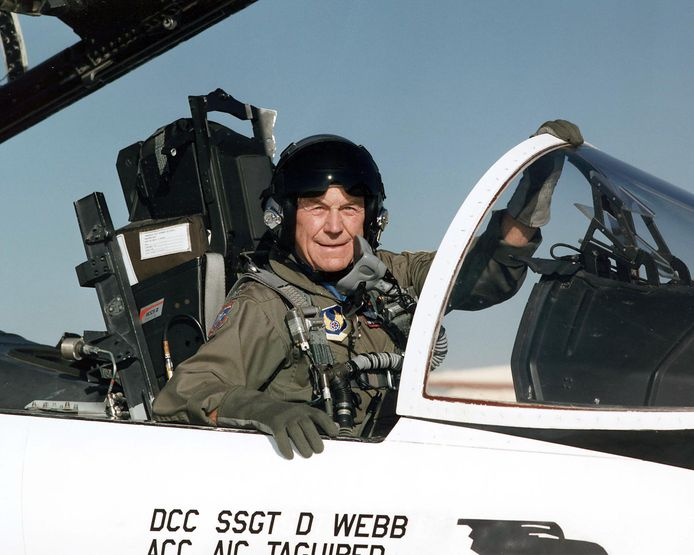 Chuck Yeager in de cockpit van een F-15 op de luchtmachtbasis Edwards in California.
