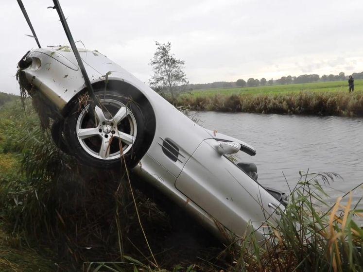 Automobilist moet uitwijken en rijdt met cabrio in het kanaal