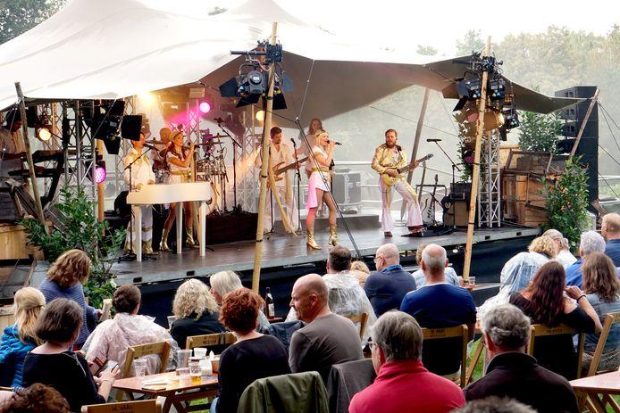 Tributeparty bij De Wolfsberg in coronatijd, 2020. Kleiner en met zittend publiek.