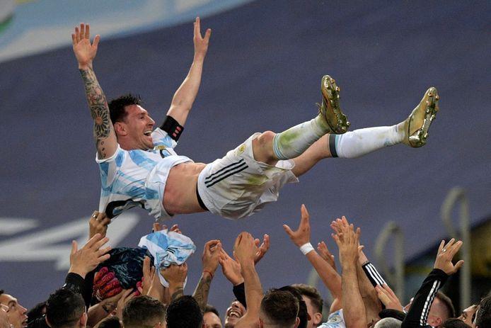 Zijn ploeggenoten gooien Lionel Messi de lucht in.