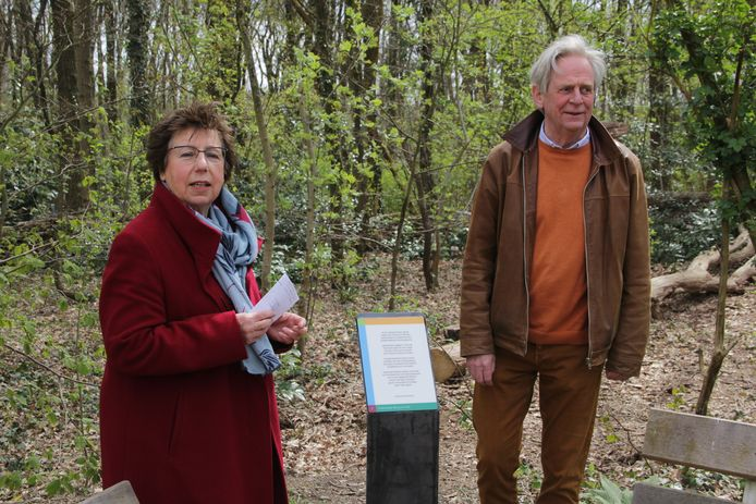 Joke Schoot-Uiterkamp onthult het gedicht dat zij heeft ingestuurd en dat nu geplaatst is naast een van de bankjes in Berg en Dal.