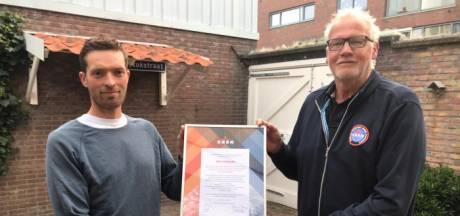 Overlevende van Schevenings surfdrama overhandigt eerbetoon aan redders KNRM