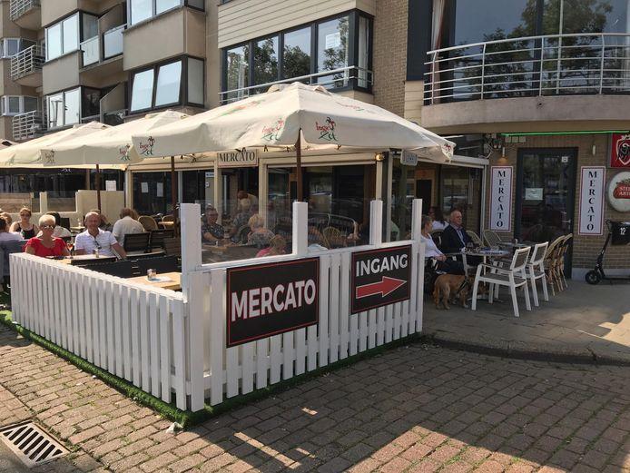 Het terras van café Mercato op de hoek van de Grote Markt.