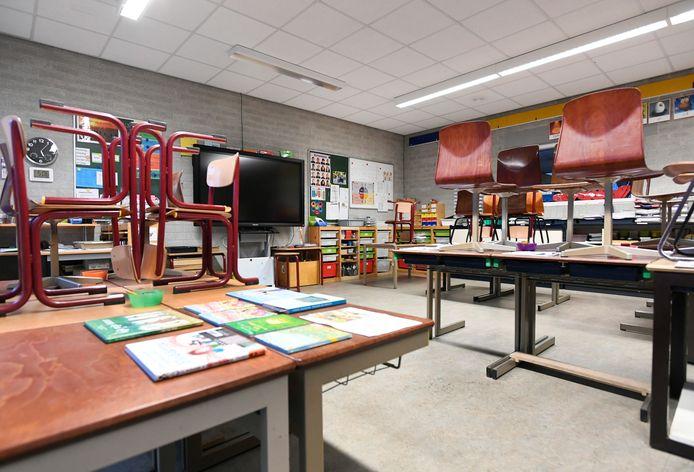 Een leeg klaslokaal.