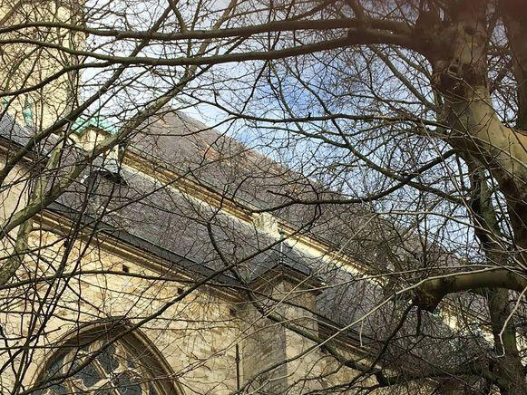In Antwerpen werden honderden leien van het dak van de Sint-Andrieskerk gerukt.