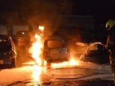 Auto gaat in vlammen op in Breda, mogelijk sprake van brandstichting