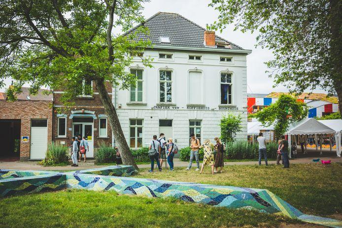 Het huis links van het Koffiehuis wordt een woning in het Honderd Huizen-project.