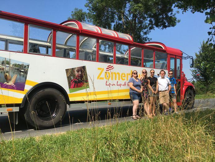 De Zomerbus Zeeland. Op de foto het gidsenteam van 2018.