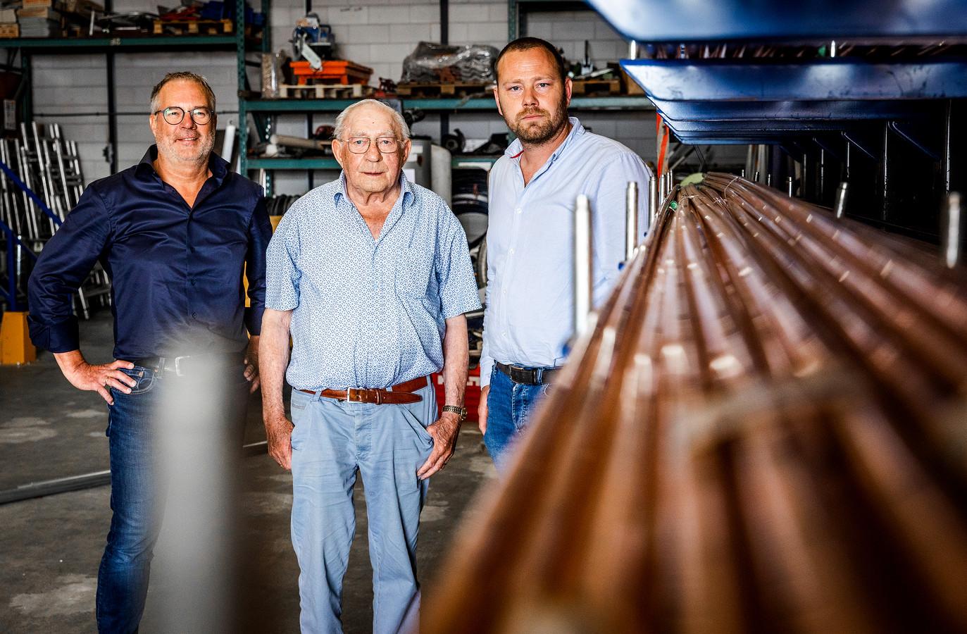Van links naar rechts: Henry Korevaar, Ad Korevaar en toekomstig bedrijfsleider Huib van Duin. ,,Ik werd er altijd zenuwachtig van als ik aan het werk was en werd afgeleid'', zegt de 84-jarige Ad.