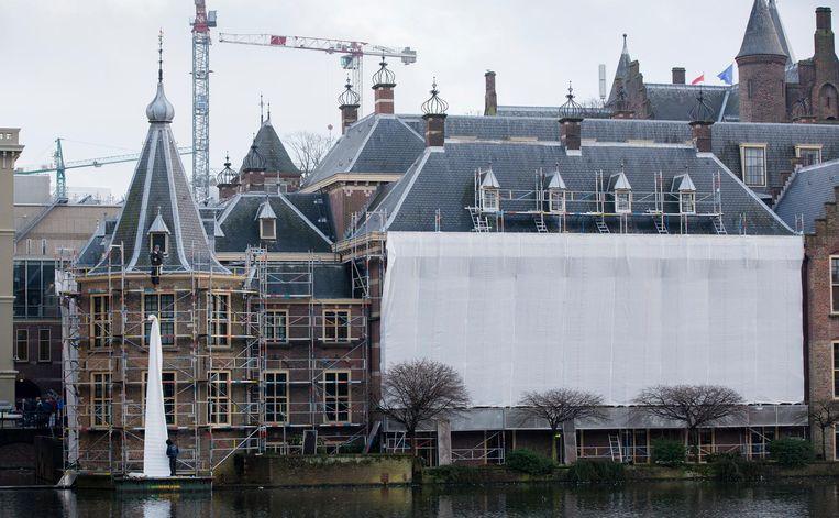 Het Torentje en andere overheidsgebouwen op het Binnenhof in de steigers. Beeld Bart Maat/ANP