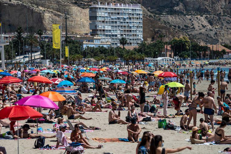 Drukte op het strand van Alicante. Groepen Nederlandse jongeren zijn naar Zuid-Europa getrokken om daar examenfeestjes te vieren. Beeld LightRocket via Getty Images
