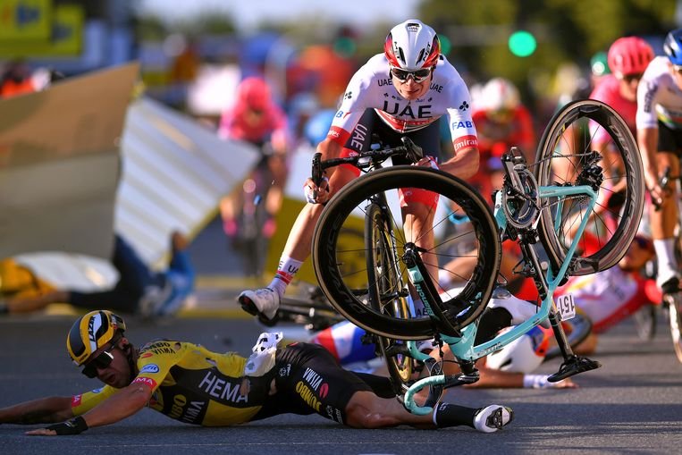 De laatste meters van de eerste etappe in de Ronde van Polen, 5 augustus: Dylan Groenewegen, Jasper Philipsen (nog op de fiets) en Fabio Jakobsen (buiten beeld) komen hard ten val. Beeld Luc Claessen / Getty