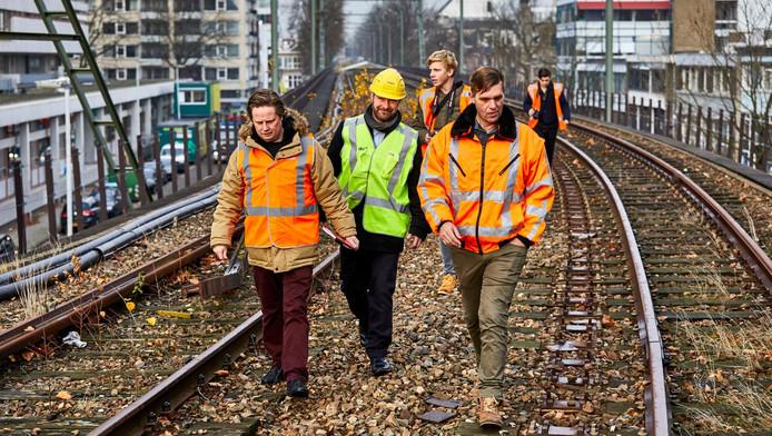 Medewerkers van ProRail en de gemeente bekijken voor de laatste keer de rails van de Hofbogen.