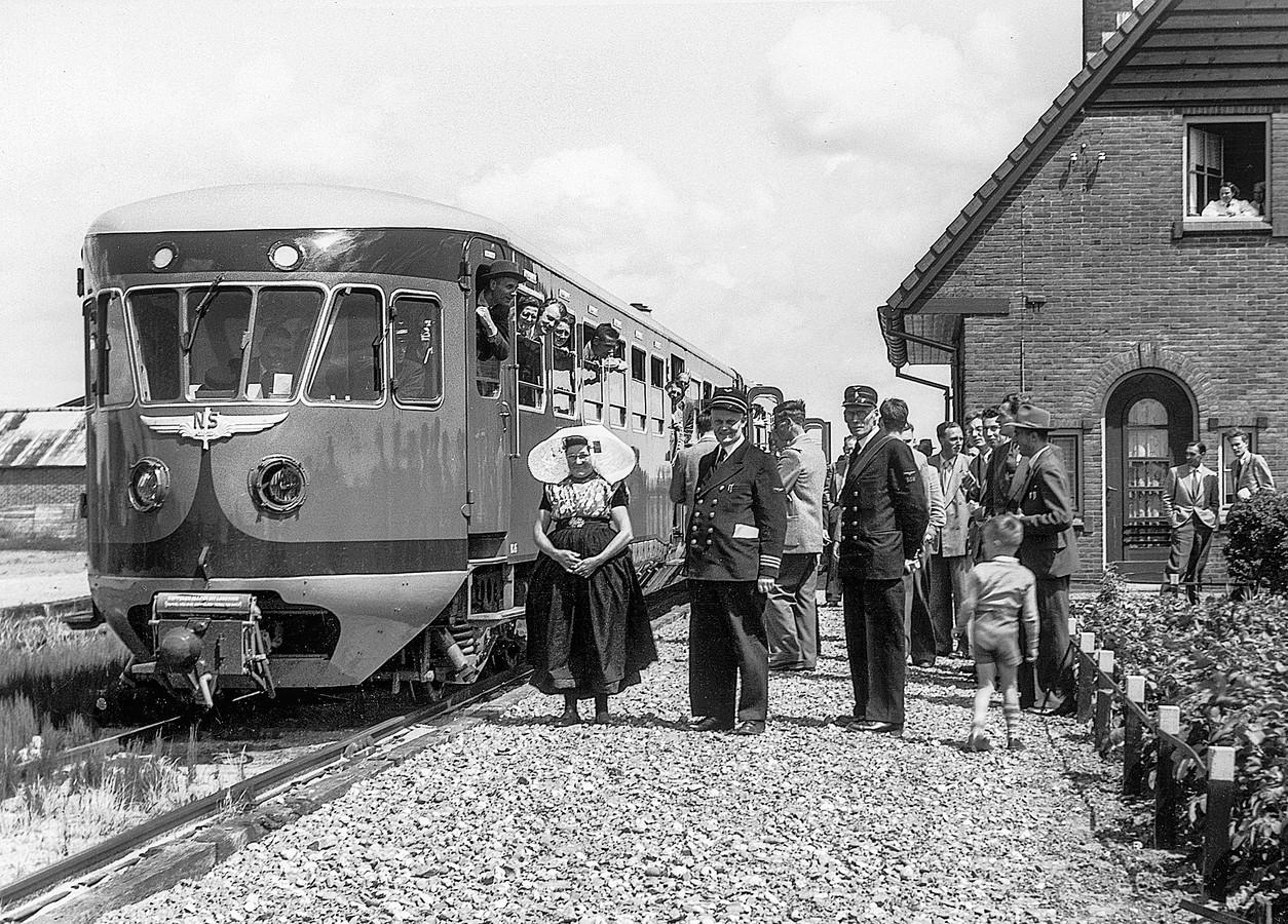 Het station van Oudelande in 1954 tijdens een excursie van de Nederlandse Vereniging van Belangstellenden in het Spoor- en Tramwegwezen.
