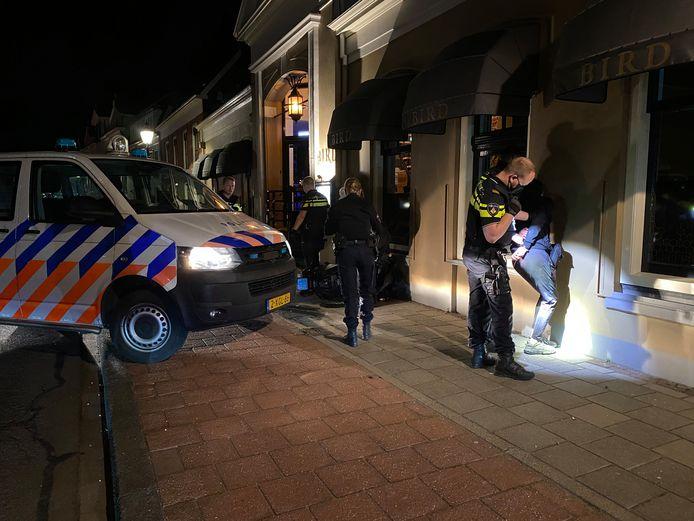 De politie hield twee personen aan die flessen gooiden vanaf een scooter.