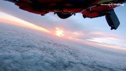 Prachtige beelden van skydive bij zonsondergang