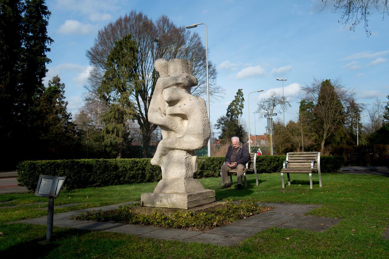 Het mysterieuze monument van de paalklimmende jongens bij de rotonde, met op de achtergrond ooggetuige van het oorlogsdrama Anton de Graaf.