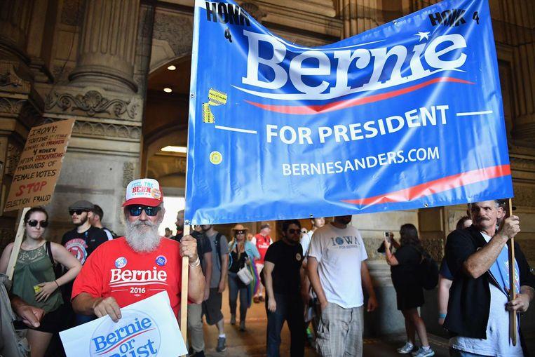 Bernie-aanhangers op straat in Philadelphia maandag. Beeld afp