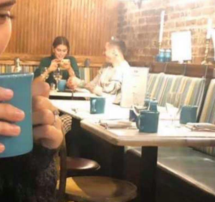 Kaia Gerber en Pete Davidson werden samen gespot in een koffiebar.