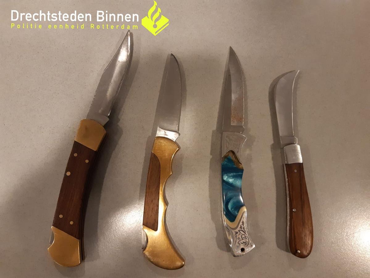 De politie vond in april deze vier messen bij een fouilleeractie in de Dordtse wijken Krispijn en Crabbehof.