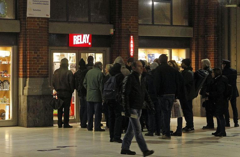 Lange rijen voor de kiosken vanmorgen in Frankrijk. Iedereen wil een exemplaar van de nieuwe Charlie Hebdo. Beeld ap