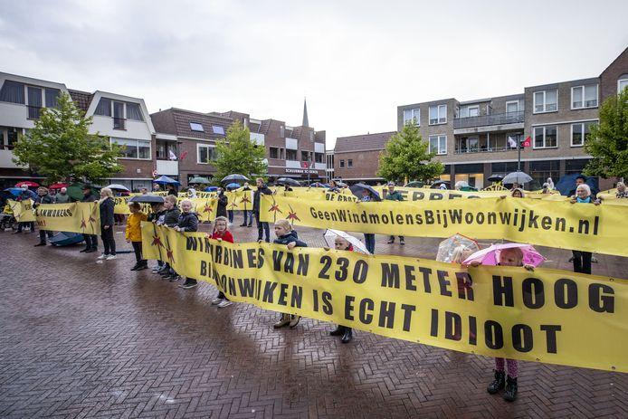 In mei was er bij het gemeentehuis in Borne een demonstratie tegen hige windmoens.