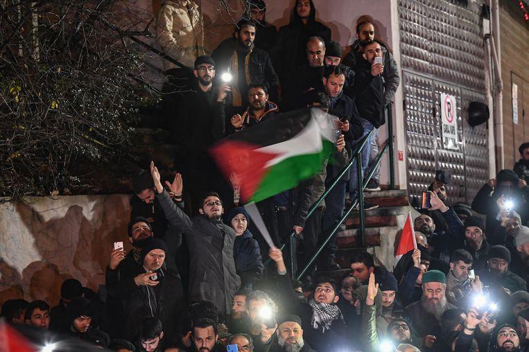 Demonstranten verzamelden zich gisterenavond aan het Amerikaanse consulaat in Istanbul om te protesteren tegen het vredesplan.