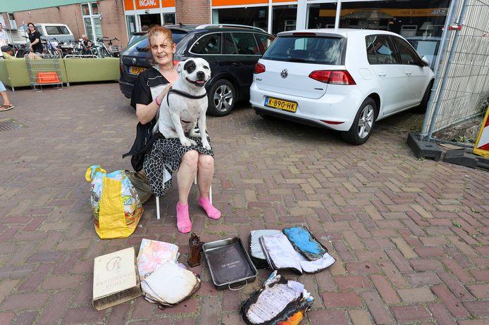 Lilian 'Lily' Hendriks en haar hond Lava met wat spulletjes die overbleven uit haar uitgebrande camper.