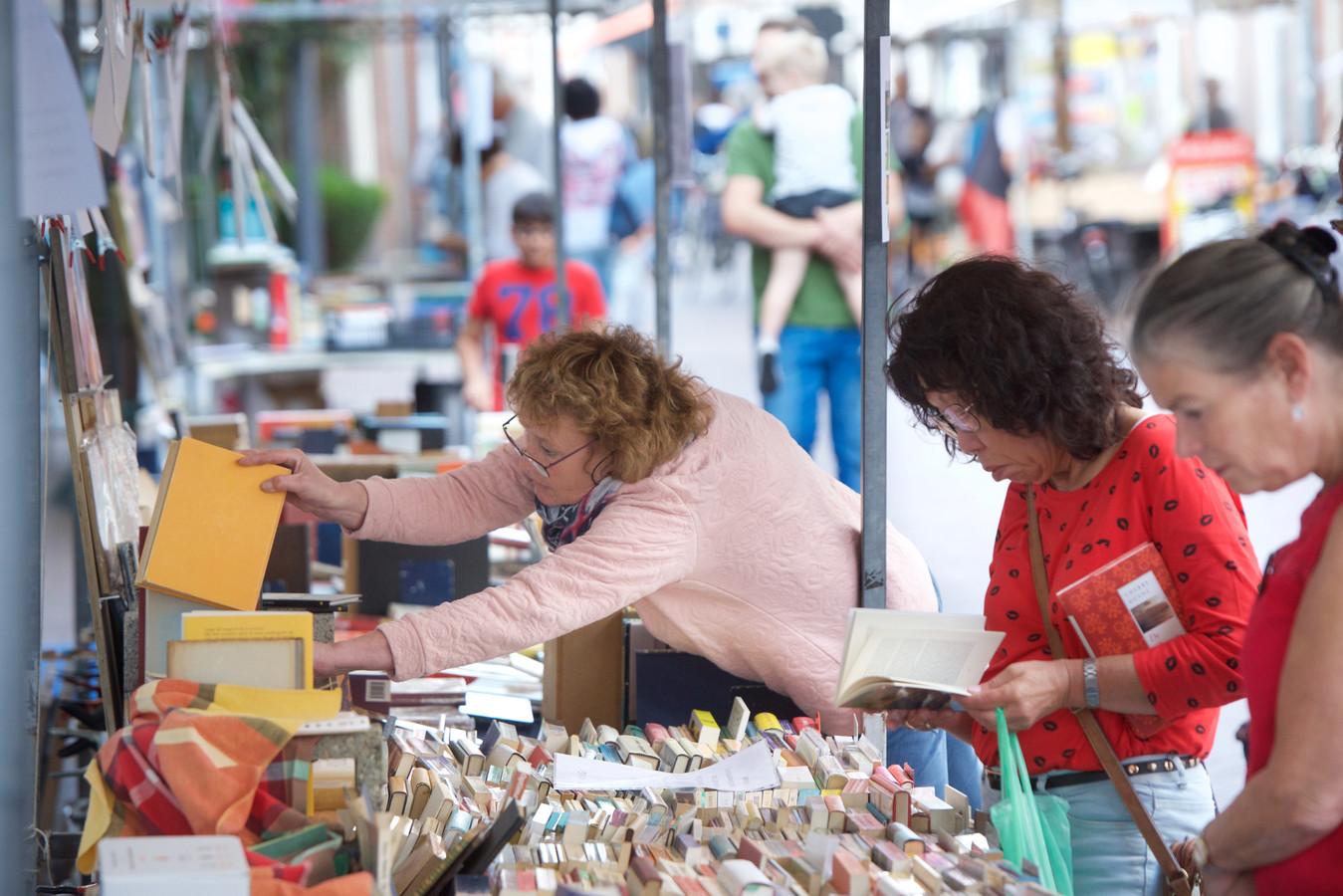 Snuffelen op de boekenmarkt in Huissen.