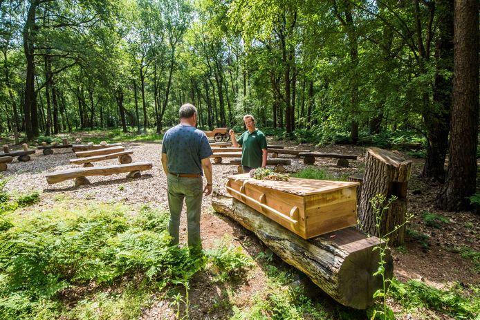 Uitvaartondernemer Jan Nijhuis (rechts) geeft een bezoeker van het open huis tekst en uitleg in de 'boskapel' op zijn nieuwe natuurbegraafplaats Het Wienerveeld in het buitengebied van Bentelo.